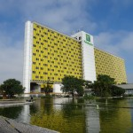 本会議場の隣のホテルもブラジル色の黄色でした。 このホテはロータリー貸切です。  土曜日の夜、このホテルの前の広場でカーニバルのパレードがあります。